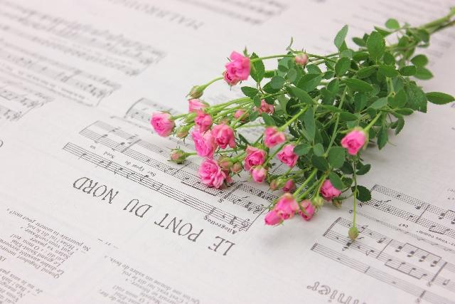 楽譜とピンクの花
