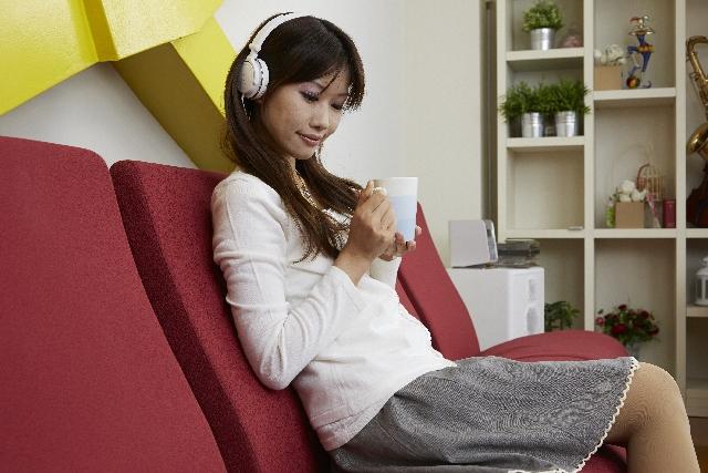くつろいで音楽を聴く女性