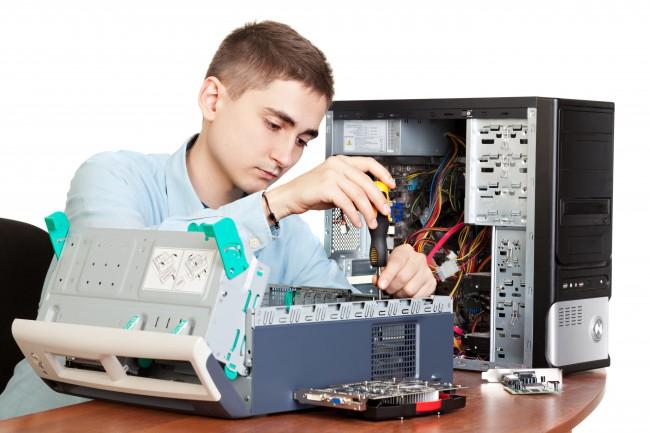 自作パソコンを作成する男性